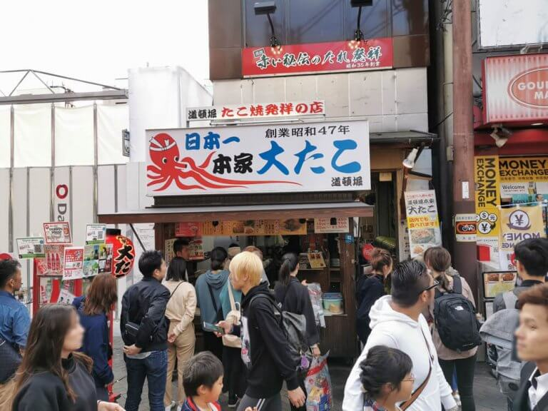 """ถ้าพูดถึงย่านโดทงบุริในโอซาก้าก็ต้อง """"ทาโกะยากิ"""" ของขึ้นชื่อแห่งโอซาก้า! ร้านทาโกะยากิ 4 อันดับที่ต้องต่อคิวยาว"""